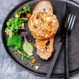Rocamadour en habit de fruits secs, chips de pain aux noix, mesclun de salade